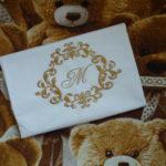 Вышивка монограммы на подарочной наволочке
